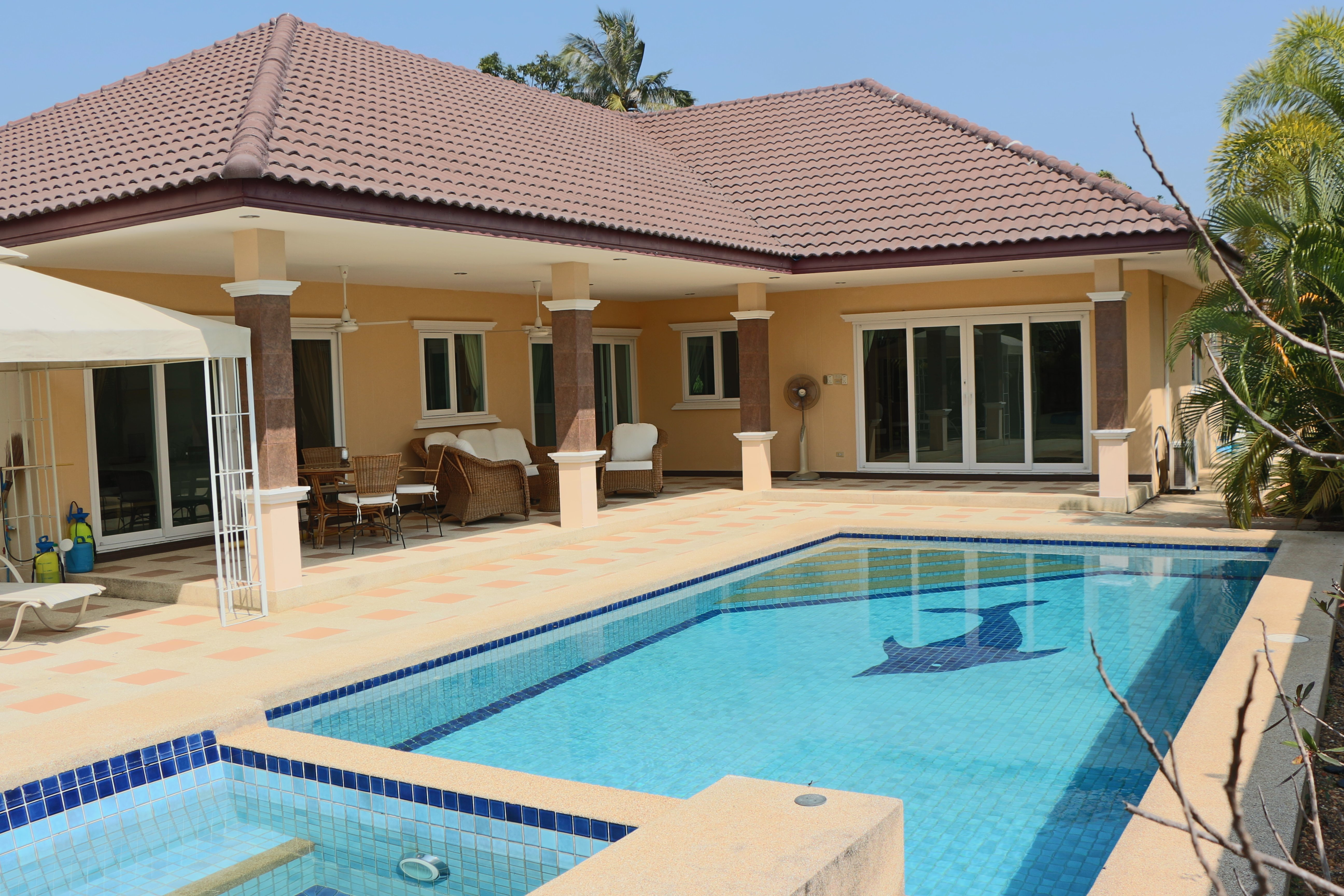 Large pool villa on large land, 10 minutes from Palm Hills Golf Course
