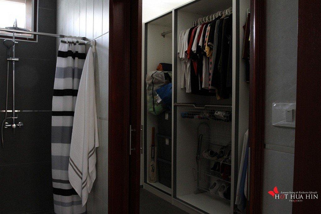 2nd bedroom walkin wardrobe