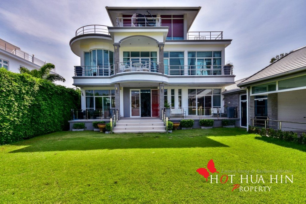 Large Luxurious Home With Stunning Golf Course & Mountain Views