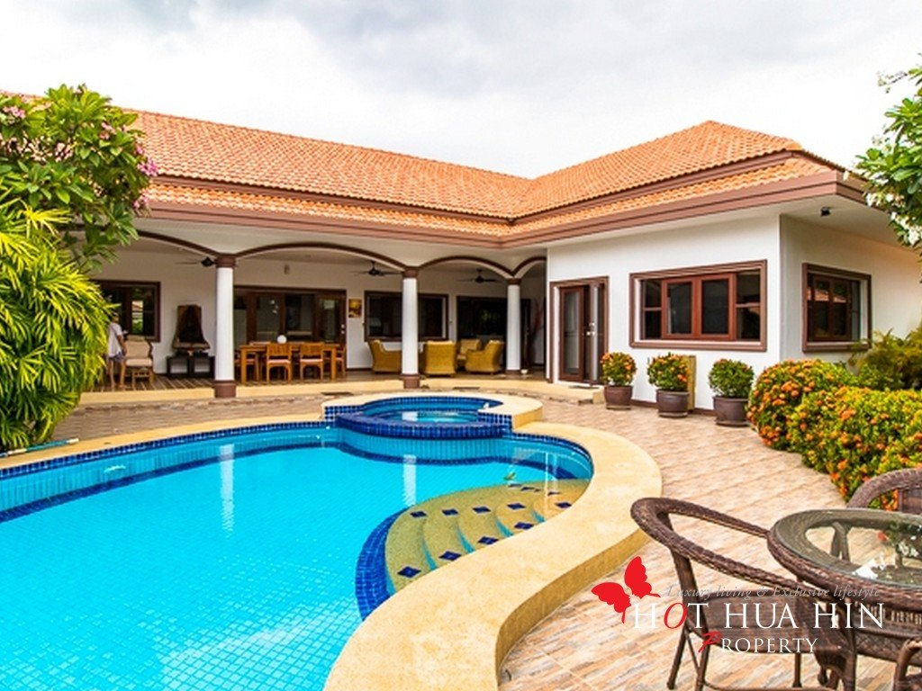 Newly remodeled Pool Villa in an excellent location, minutes to town, beach and 2 golf courses